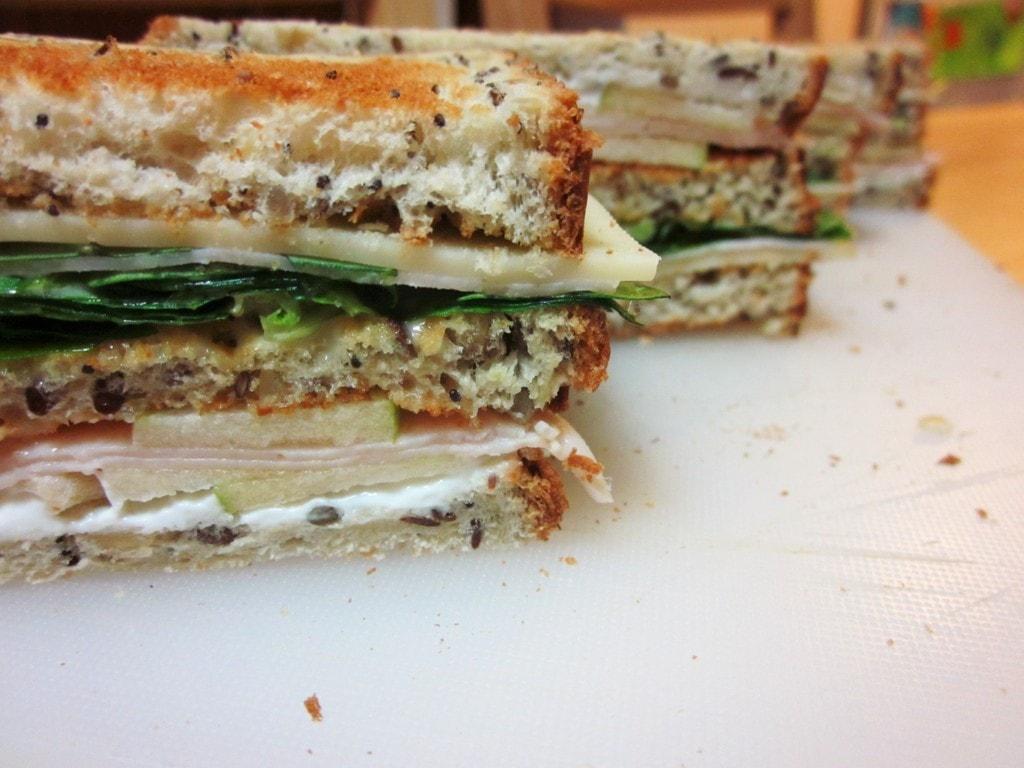 Sandwich de pavo, queso y manzana