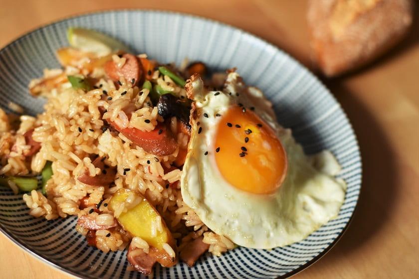 Arroz salteado con verduras, huevo y salsa de soja cerca