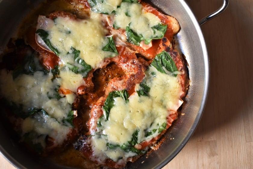 Milanesa de pollo napolitana con espinacas