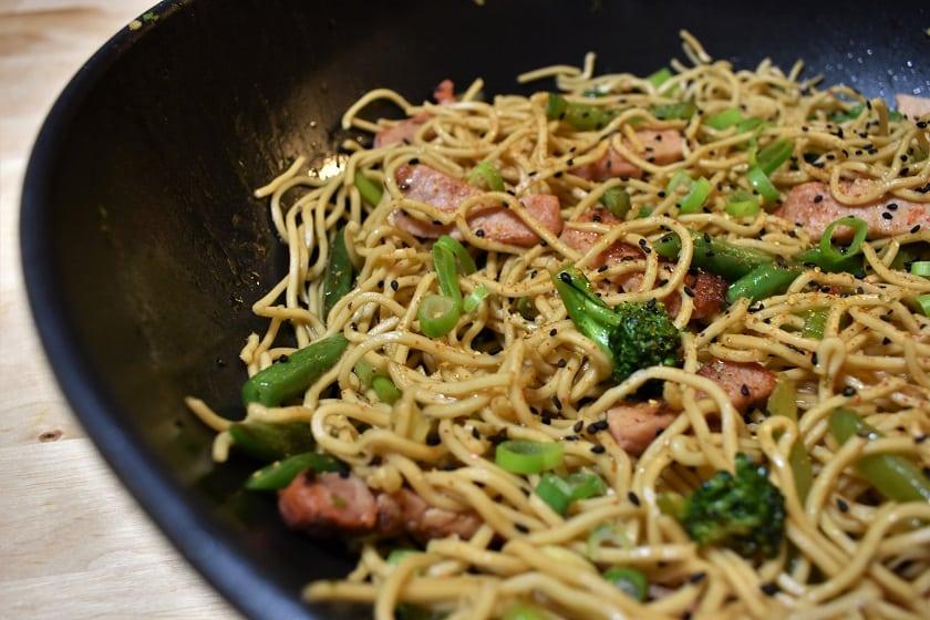Noodles salteados con cerdo y verduras