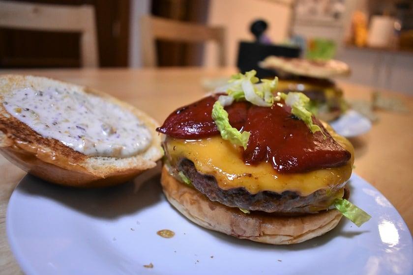 Hamburguesa con queso cheddar, piquillos y salsa tártara abierta