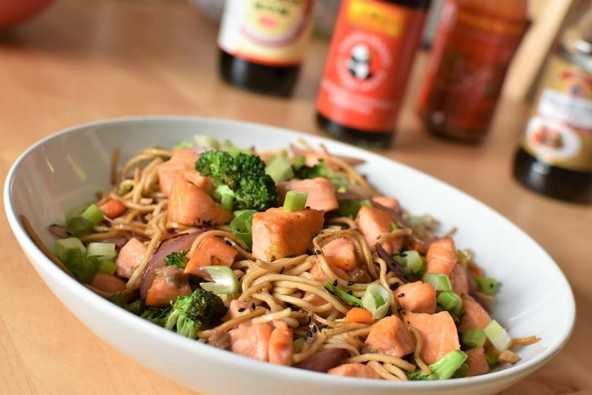 Wok de noodles con salmón lejos