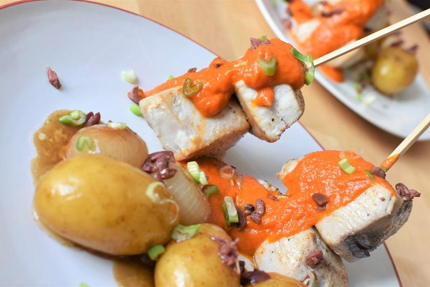 bonito con tomate y aceitunas kalamata cerca