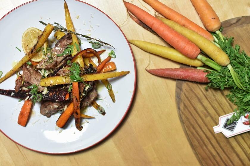 Presa ibérica con zanahorias y lima arriba