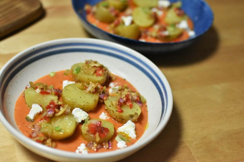 Ensalada de patatas con salmorejo y encurtidos