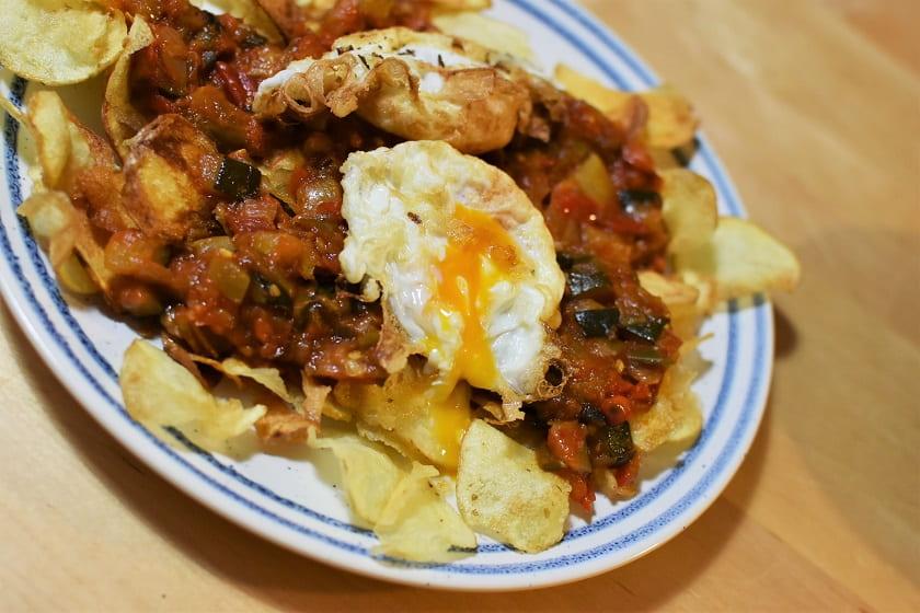 Patatas fritas con pisto y huevo frito
