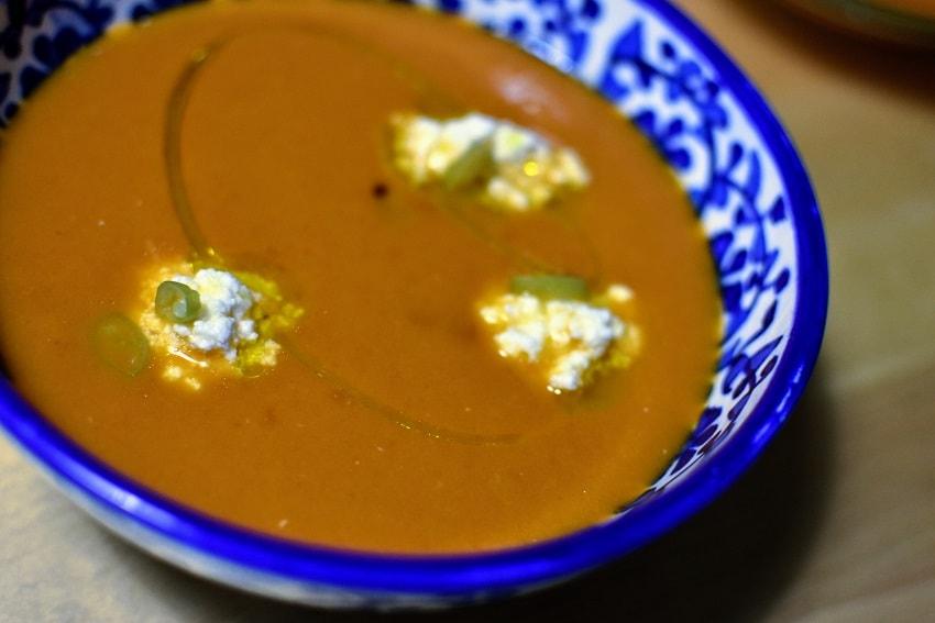 Sopa de tomates y pimientos asados cerca