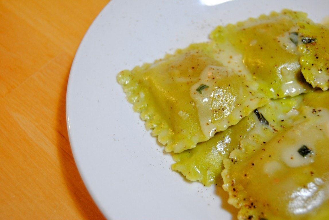 pasta rellena con mantequilla de ajo y perejil