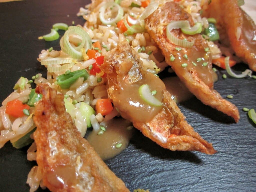 Salmonetes fritos con arroz de verduras al wok 1