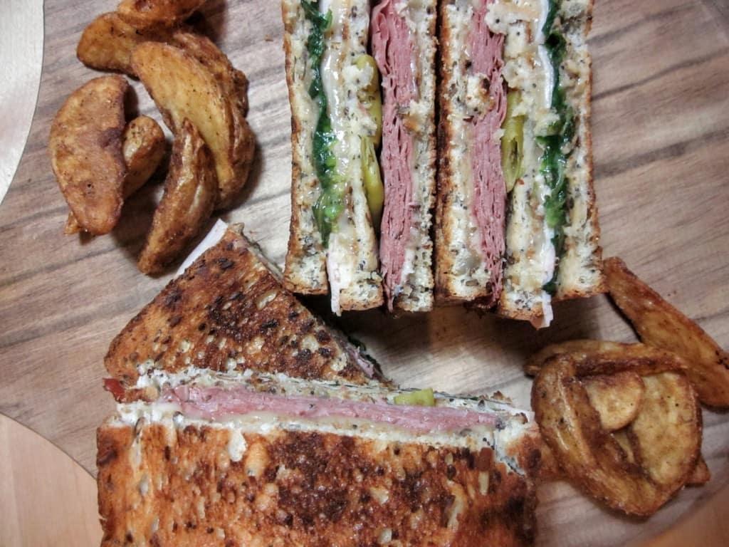 Sandwich de pastrami y queso edam