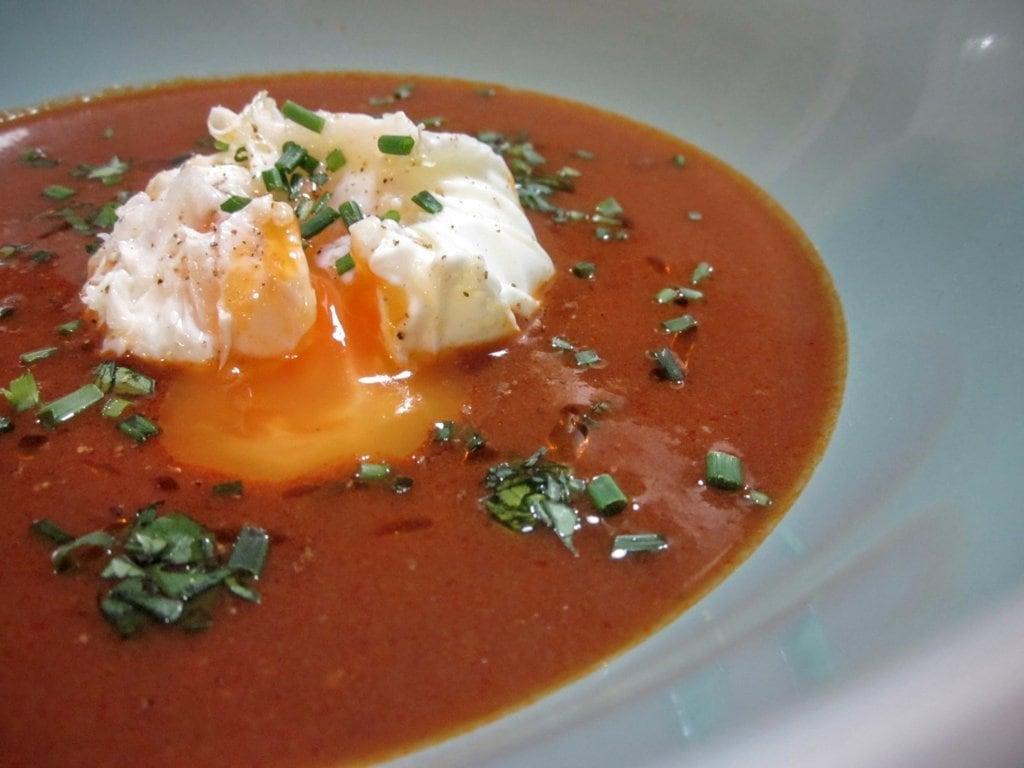 Sopa de marmitako con huevo poché lateral