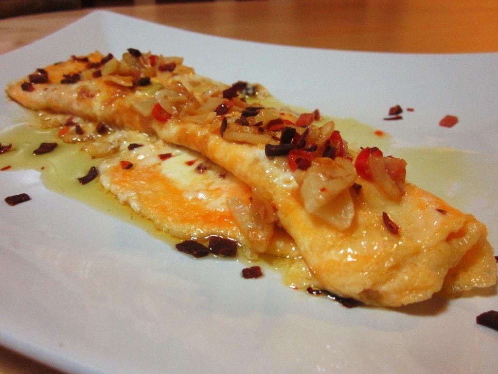 Tortilla francesa con mascarpone y refrito de ajos