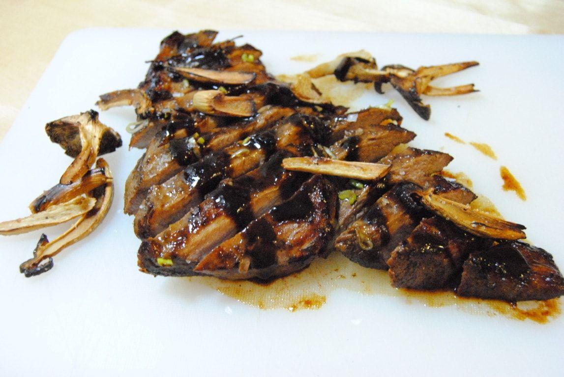 Secreto de cerdo al horno con salsa de soja y barbacoa